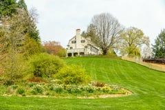 Casa en una colina que pasa por alto un jardín fotografía de archivo