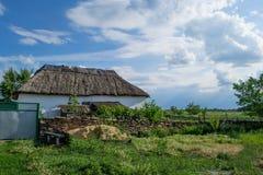 Casa en una colina verde Fotos de archivo libres de regalías