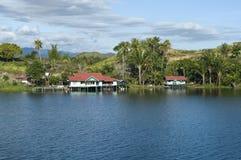 Casa en una isla en el lago de Sentani Fotografía de archivo libre de regalías