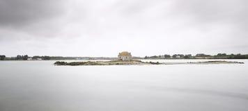 Casa en una pequeña isla, santo Cado, Francia Imagenes de archivo