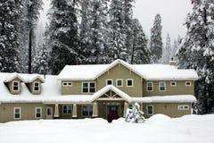 Casa en una tormenta de la nieve Fotografía de archivo libre de regalías