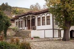 Casa en Zheravna (Jeravna) El pueblo es una reserva arquitectónica del período nacional búlgaro del renacimiento (décimo octavo y Imágenes de archivo libres de regalías