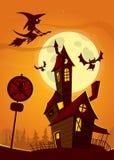 Casa encantada en fondo de la noche con una Luna Llena detrás - Vector el ejemplo de Halloween foto de archivo