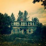 Casa encantada en un ajuste espeluznante fotografía de archivo libre de regalías