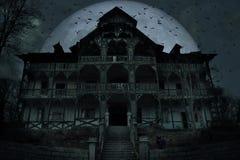 Casa encantada vieja abandonada con la atm?sfera oscura del horror en el claro de luna imagen de archivo libre de regalías