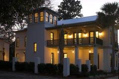 Casa encendida para arriba en el crepúsculo Imágenes de archivo libres de regalías