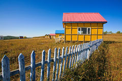 Casa encendido con el cielo azul Imagenes de archivo