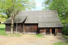 Casa enmaderada con las vertientes con el tejado de las tablas fotos de archivo libres de regalías