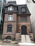Casa entre elevações altas Foto de Stock