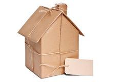 Casa envolvida no papel marrom cortado Imagem de Stock