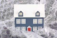 Casa envuelta en abrigo de burbuja Imagenes de archivo