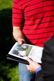 Casa: Esaminando un opuscolo domestico Fotografia Stock Libera da Diritti