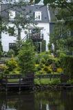 Casa escandinava branca bonita ao lado do rio Fotos de Stock