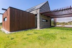 Casa escandinava com elevação pebbled imagens de stock