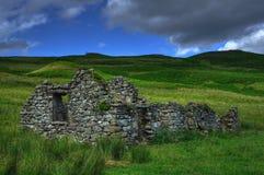 Casa escocesa arruinada en los llanos de la montaña Fotografía de archivo