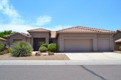 Casa espanhola/do sudoeste brandnew do sonho do Arizona do estilo imagens de stock