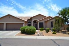 Casa espanhola/do sudoeste brandnew do sonho do Arizona do estilo Fotos de Stock Royalty Free