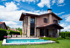 Casa española de lujo con la piscina Imágenes de archivo libres de regalías