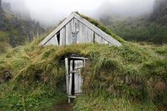 Casa esposta all'aria del tappeto erboso Immagini Stock Libere da Diritti