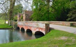 Casa Essex Inglaterra da extremidade de Audley da ponte e dos estábulos Imagens de Stock