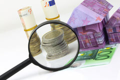 Casa euro y costos de la cuenta debajo de la lupa Fotografía de archivo