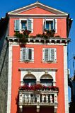Casa européia velha alta com paredes vermelhas Fotos de Stock Royalty Free