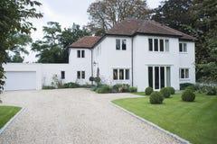 Casa exterior com entrada de automóveis Imagem de Stock Royalty Free
