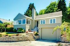 Casa exterior com garagem imagem de stock royalty free