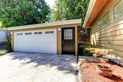 Casa exterior com garagem e entrada de automóveis imagens de stock royalty free