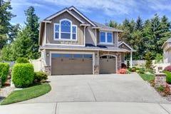 Casa exterior com garagem e entrada de automóveis Imagens de Stock