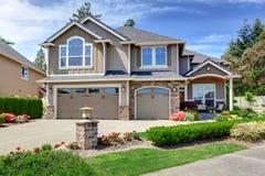 Casa exterior com garagem e entrada de automóveis Foto de Stock