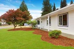 Casa exterior com paisagem do jardim da frente Imagens de Stock