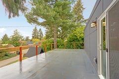 Casa exterior com plataforma molhada imagens de stock