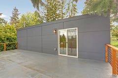 Casa exterior com plataforma molhada fotografia de stock