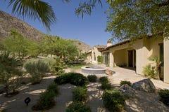Casa exterior con la tina caliente en jardín Foto de archivo libre de regalías