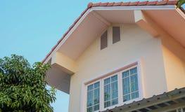 Casa exterior con las ventanas del ático Imagen de archivo libre de regalías