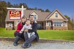 Casa familiar da raça misturada vendida para o sinal da venda fotografia de stock