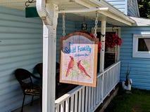 A casa familiar de Schitt como caracterizada na angra do ` s de Schitt Fotos de Stock Royalty Free