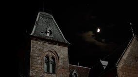 Casa fantasmagórica en la noche almacen de metraje de vídeo