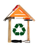 A casa feita das ferramentas com recicl o símbolo Fotos de Stock Royalty Free