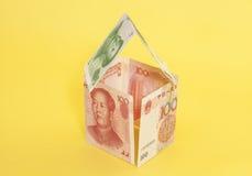 Casa feita de cédulas chinesas do yuan Foto de Stock Royalty Free