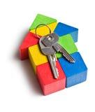 Casa feita dos blocos de madeira do brinquedo com chaves Fotos de Stock Royalty Free