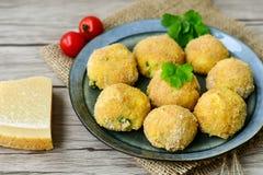 A casa fez a arroz o croquete italiano do estilo Arancini imagens de stock