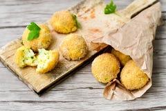 A casa fez a arroz o croquete italiano do estilo Arancini imagens de stock royalty free