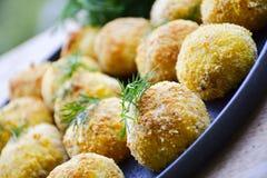 A casa fez a arroz o croquete italiano do estilo Arancini com peixes de Runa imagem de stock royalty free