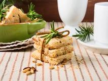 A casa fez cookies com alecrins e pinhões Fotografia de Stock Royalty Free