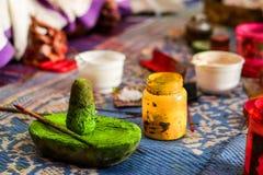 A casa fez cores orgânicas verdes e amarelas para a composição da cara do kathakali foto de stock royalty free