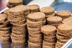 A casa fez fatias do pão na forma redonda posta no engodo de aço inoxidável fotos de stock