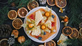 A casa fez o bolo de mel, vista superior no fundo escuro, na decoração de ano novo, nas laranjas do Natal e nos ramos do abeto fotos de stock