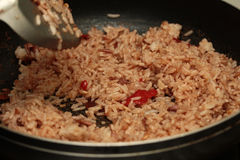 A casa fez o cozimento do arroz fritado do jasmim com pasta do camarão Foto de Stock Royalty Free